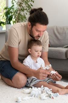 Genitore che trascorre del tempo di qualità con il proprio figlio