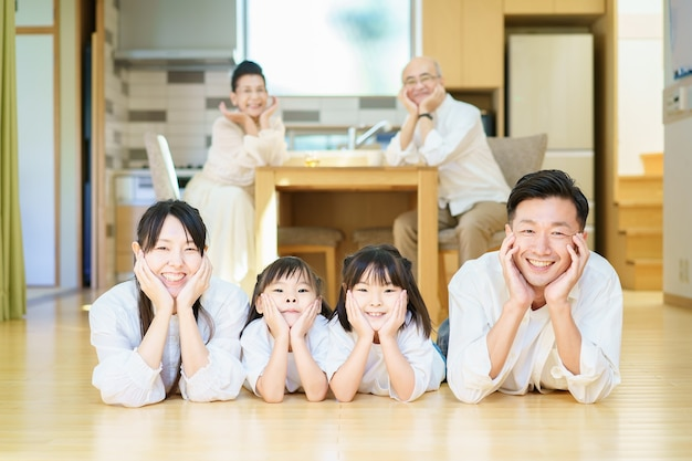 Genitori e bambini sdraiati in casa e nonni che si rilassano su un tavolo apparecchiato