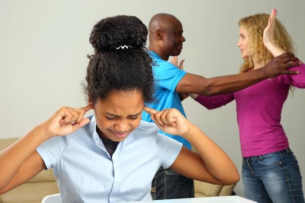 I genitori nella famiglia sono in conflitto a causa della relazione con la figlia adolescente
