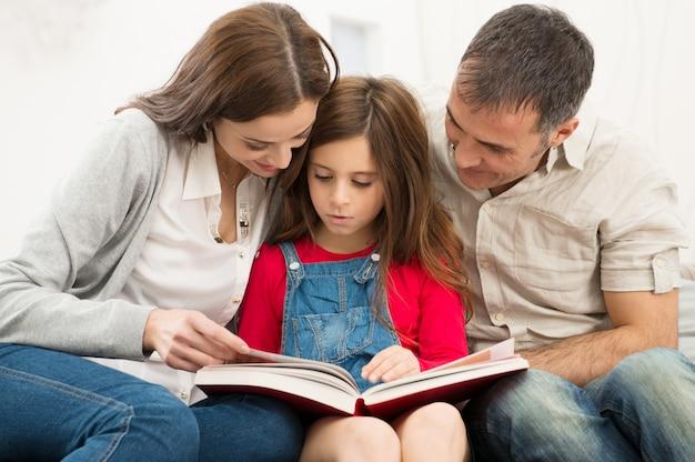 Genitori che aiutano la figlia negli studi