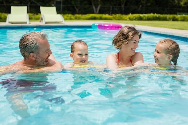 Genitori e bambini si divertono a bordo piscina