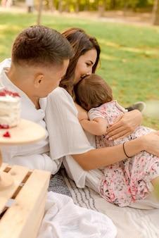 Genitori che giocano nel parco con il loro bambino
