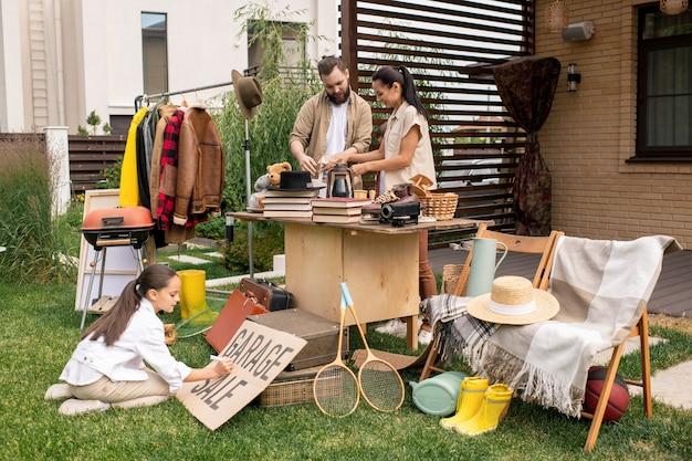 Genitori che smistano roba da vendere in garage