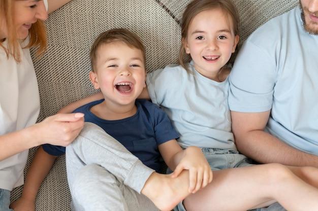 Genitori che trascorrono del tempo con i propri figli