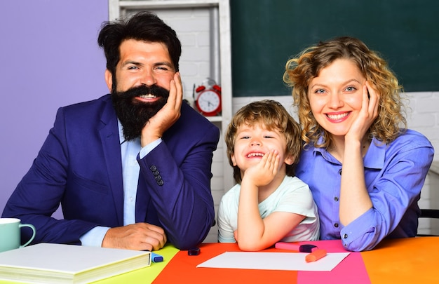 Genitori che insegnano ai bambini lezioni private di matematica ritorno a scuola scuola a casa scuola famiglia a casa