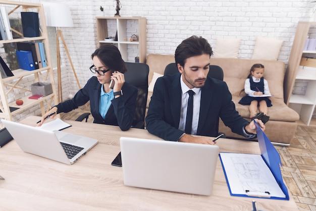 Genitori al lavoro e ragazza offensiva che si siede sul divano