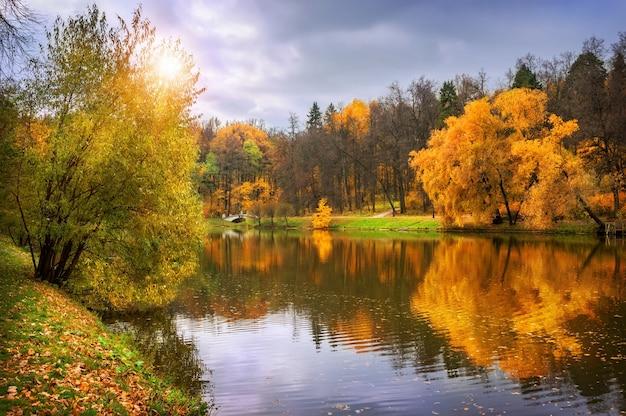 Parco e stagno di tsaritsyno a mosca in una giornata autunnale