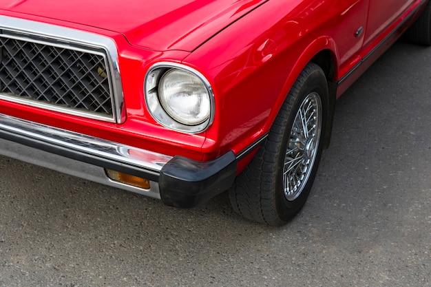 Un'auto lucidata rinnovata d'epoca parcheggiata. amanti delle auto retrò. restauro di auto classiche sovietiche. noleggio auto retrò. nuova vita di un'auto retrò.