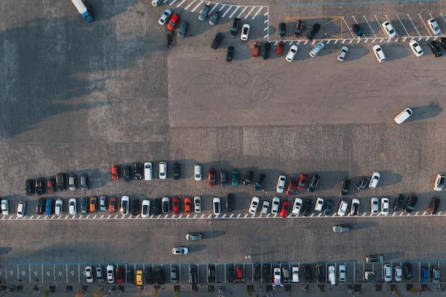 Parcheggio sulle strade della città vista aerea dall'alto