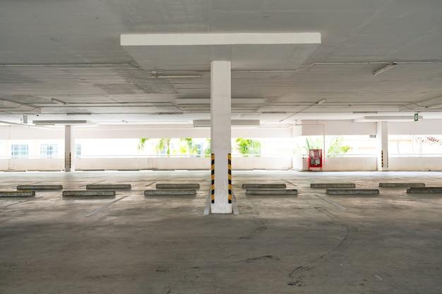 Interno del grande magazzino del garage parcheggio vuoto o interno del garage ufficio della costruzione di affari
