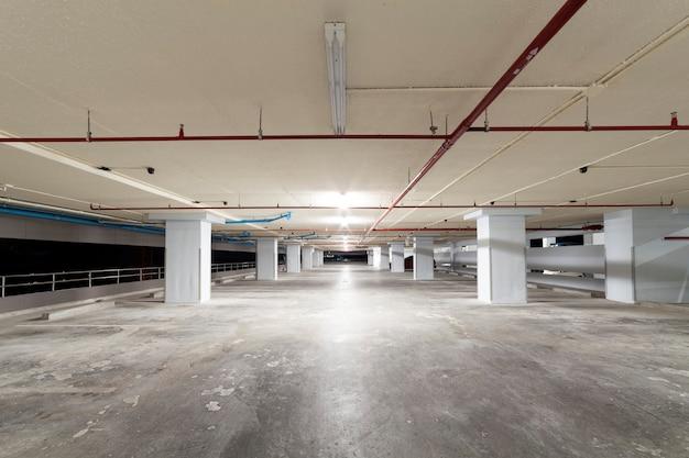 Parcheggio garage interno, edificio industriale, interno sotterraneo vuoto in appartamento