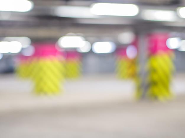 Garage sotterraneo, interni industriali. luce al neon in un luminoso edificio industriale.