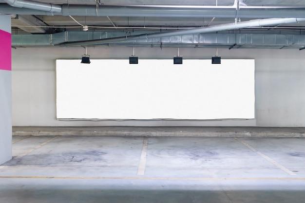 Garage sotterraneo interno con cartellone bianco