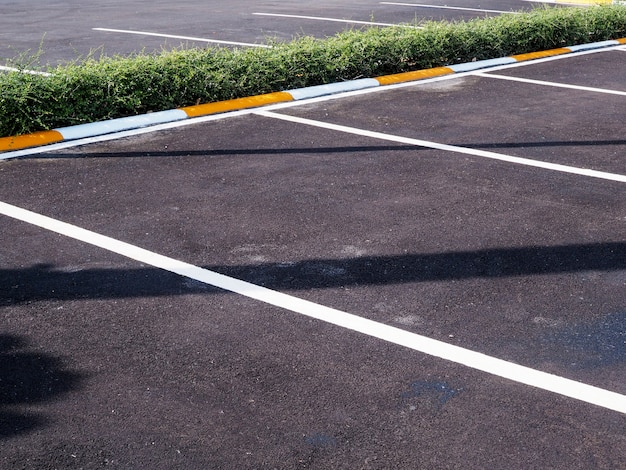 Corsia di parcheggio su strada cementata, parcheggio auto vuota.