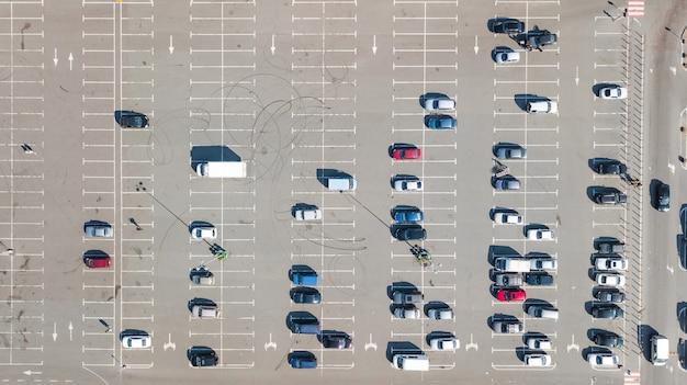 Parcheggio con la vista superiore aerea del fuco di molte automobili da sopra, trasporto della città e concetto urbano