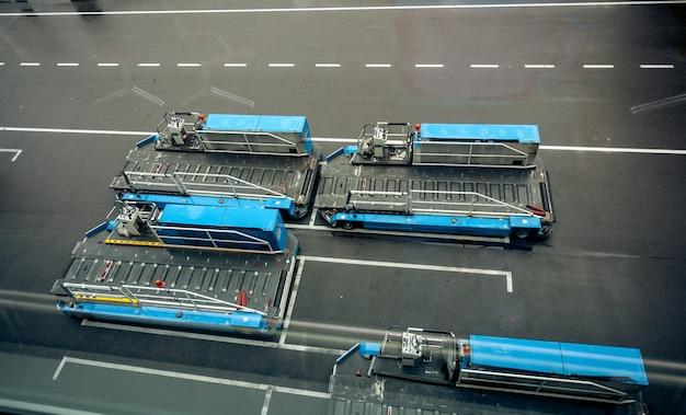 Parcheggio di veicoli per il trasporto di bagagli in aeroporto moderno