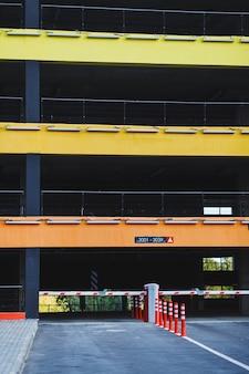 Parcheggio in edificio residenziale. parcheggio sotterraneo scoperto per auto
