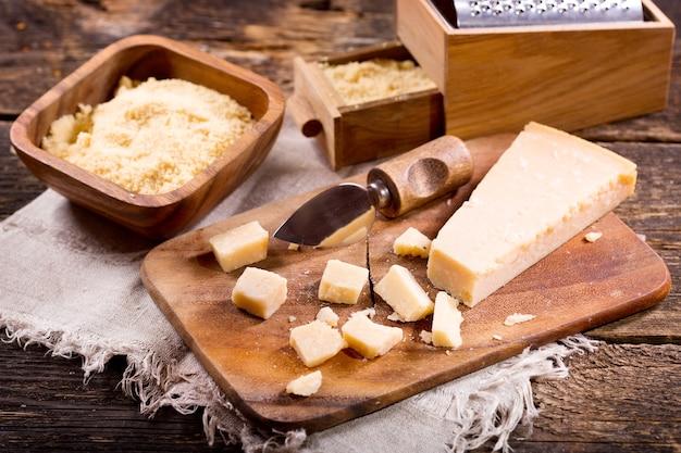 Parmigiano reggiano sulla vecchia tavola di legno