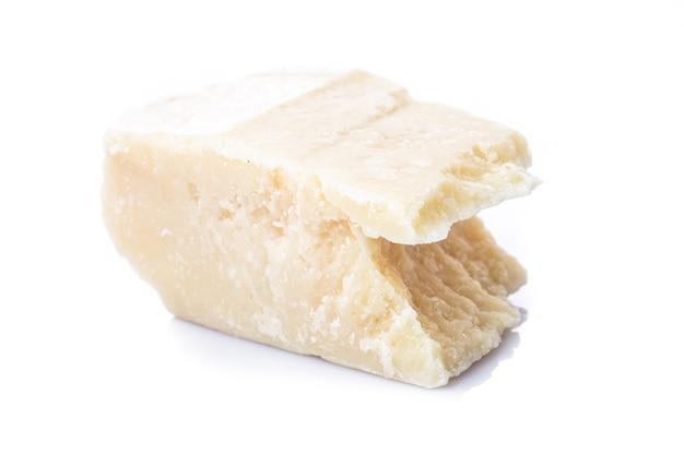 Parmigiano parte isolato su sfondo bianco