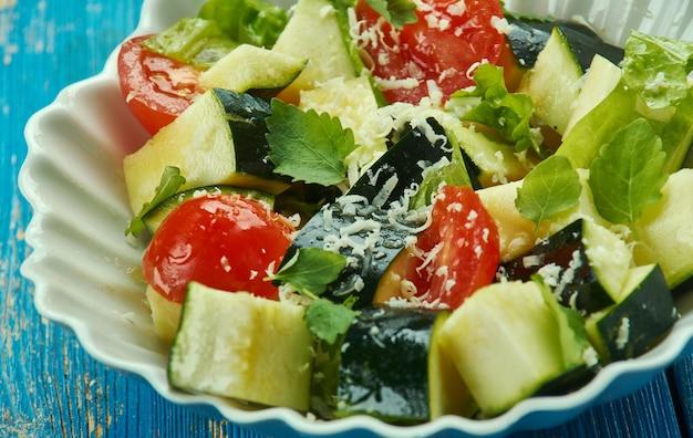 Insalata di zucchine e pomodori alla parmigiana, primo piano