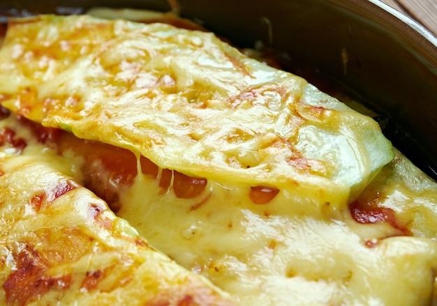 Parmigiana di zucchine. zucchine con formaggio e pomodori. cibo italiano