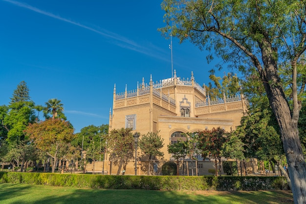 Il parque de maria luisa è il famoso parco pubblico con i suoi edifici storici a siviglia, lungo il fiume guadalquivir a siviglia, in spagna.