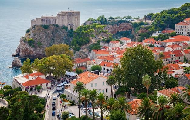 La parte della città vecchia di dubrovnik con fort lovrijenac sullo sfondo, croazia