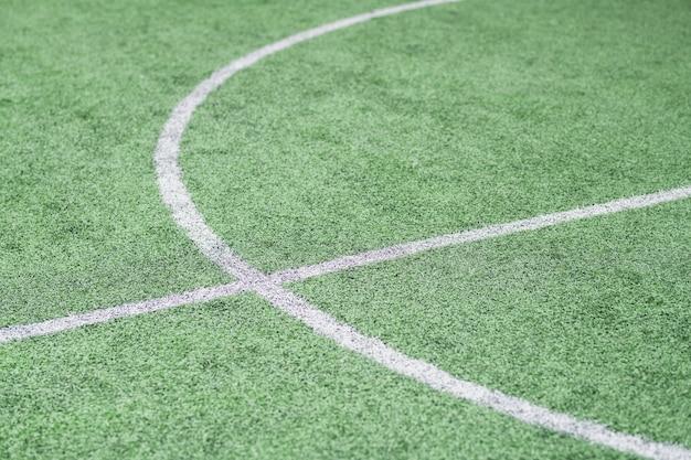 Parte del campo da calcio verde vuoto con linee bianche dove di solito si svolgono gli allenamenti e le partite sportive