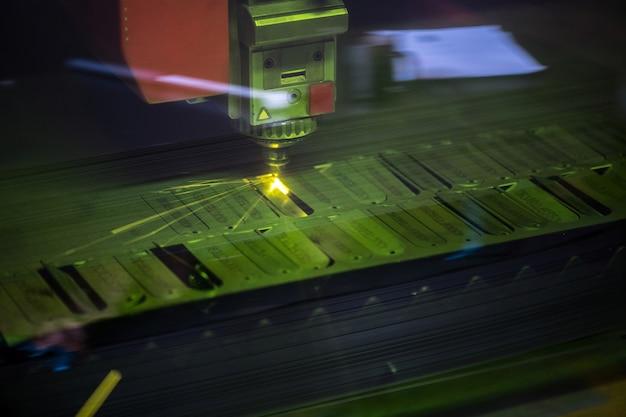 Parte di enormi dettagli di lavorazione di macchine industriali o pezzi in lavorazione con raggio laser o altra tecnologia leggera