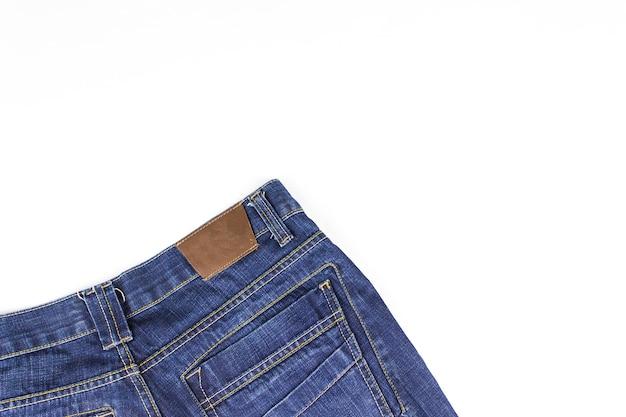 Parte dei jeans che si trovano su sfondo bianco. copia spazio.