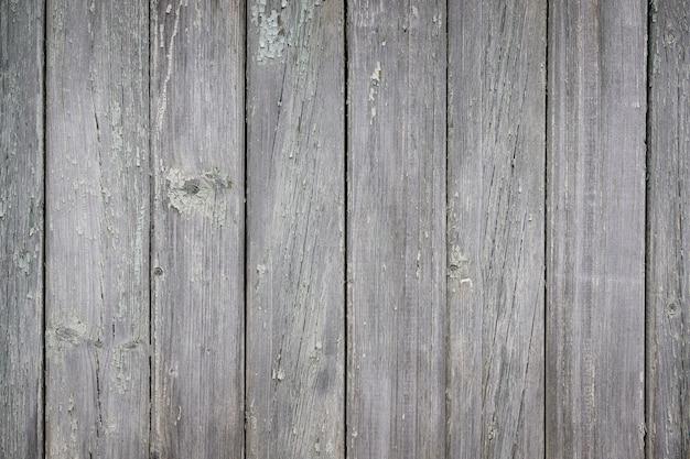 Parte di un vecchio recinto di tavole di legno dipinte sulla strada