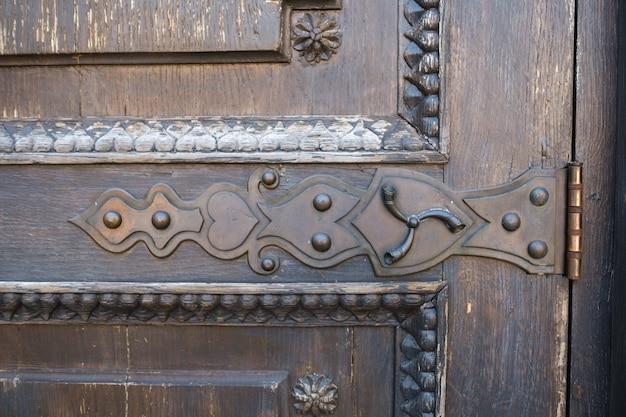 Parte di una vecchia porta in legno con motivo in vetro colorato.