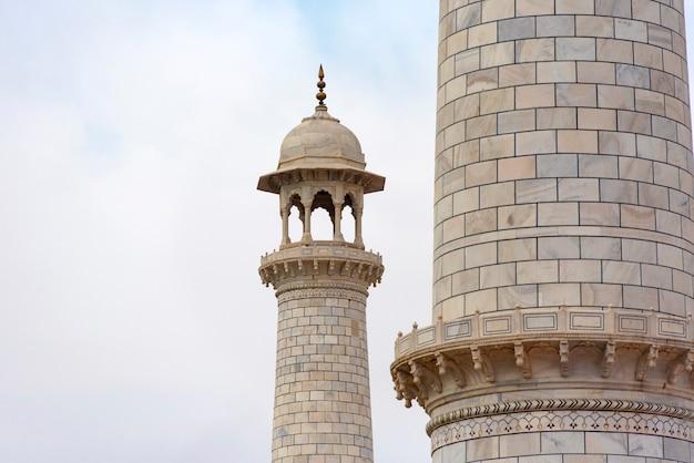 Parte dei minareti del taj mahal nei minareti di marmo di agra india