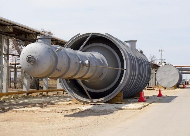 Parte della colonna tecnologica della raffineria per la produzione di prodotti petroliferi leggeri. tombino per penetrazione all'interno.