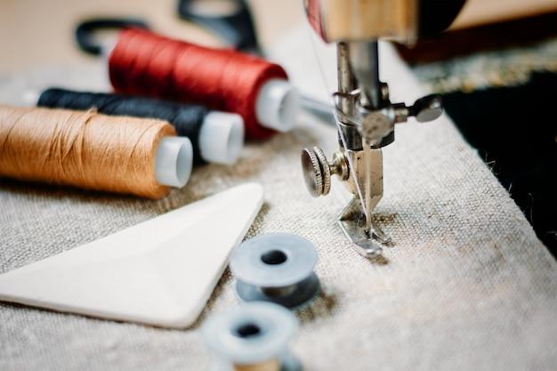 Parte di una macchina da cucire vintage e capo d'abbigliamento