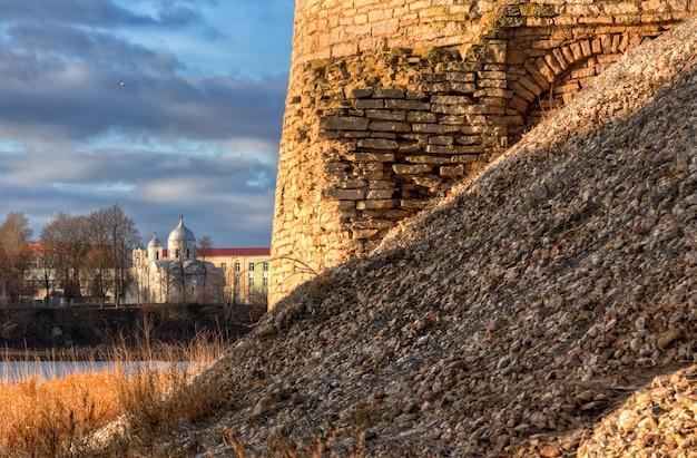 Una parte di un muro dell'antica città di pskov e il monastero di san giovanni battista