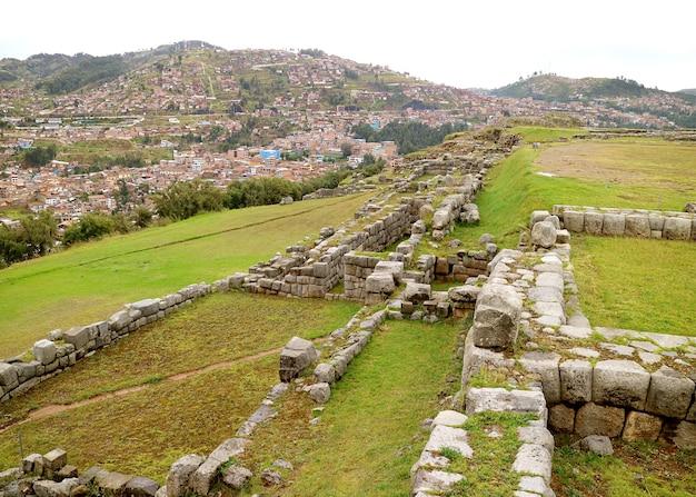 Resti parziali di sacsayhuaman antica cittadella incas sulla collina si affaccia sulla città di cusco peru
