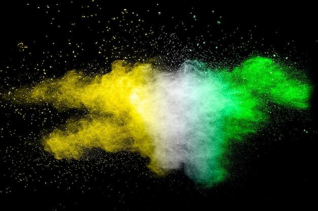 Le particelle di carbone splattano su sfondo bianco.
