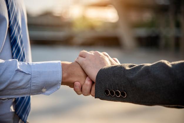 Partnership business trust lavoro di squadra partnership. appaltatore del settore pugno bump che si occupa di missione aziendale.