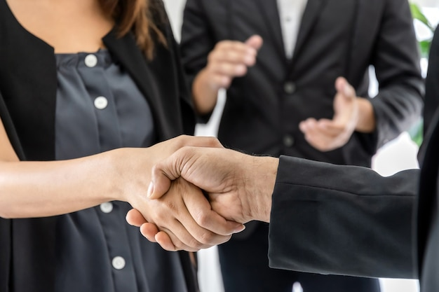 Collaborazione. uomo d'affari, investitore, squadra, stretta di mano, accordo, con, partner, dopo, finito, riunione affari, scrivania, in, sala riunioni, ufficio, finanziario, lavoro di squadra, contratto, concetto
