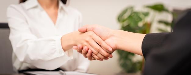 Stretta di mano di partnership riuscita dopo aver negoziato affari.
