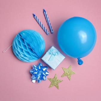 Sfondo festa o compleanno. palloncino, confezione regalo su sfondo rosa vista dall'alto. stile piatto.
