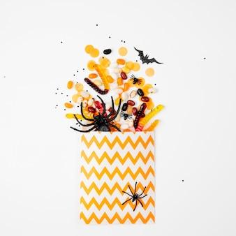 Sacchetto per bomboniere con caramelle colorate. dolcetto o scherzetto, concetto per halloween. disposizione piatta, vista dall'alto