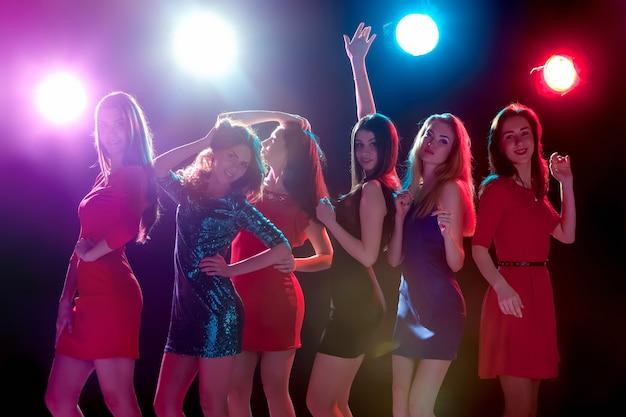 Feste di festa celebrazione vita notturna e concetto di persone sorridenti giovani belli