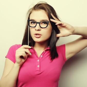 Immagine del partito. giovane donna allegra che tiene i vetri del partito. pronto per il buon tempo.