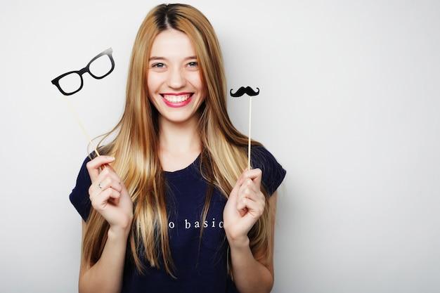 Immagine del partito. giovane donna allegra che tiene i vetri di un partito.