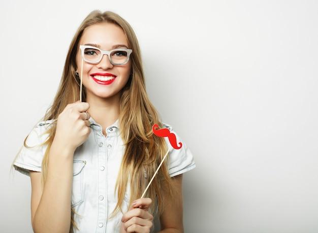Immagine del partito. giovane donna allegra che tiene i vetri del partito.