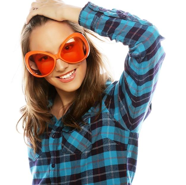 Immagine del partito. giovane donna allegra con i grandi vetri del partito. pronto per il buon tempo