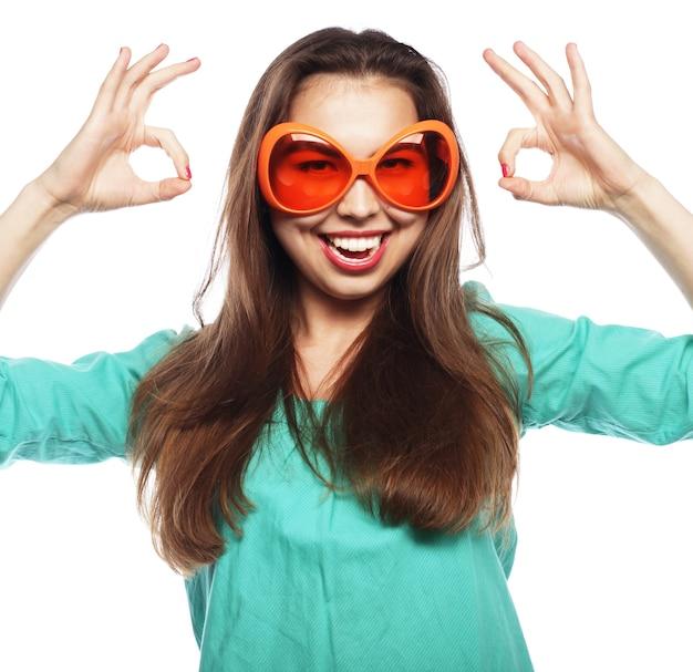 Immagine del partito. giovane donna allegra con gli occhiali da festa. pronto per il buon tempo.