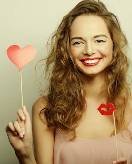 Immagine del partito. giovani donne allegre che tengono un cuore di festa.